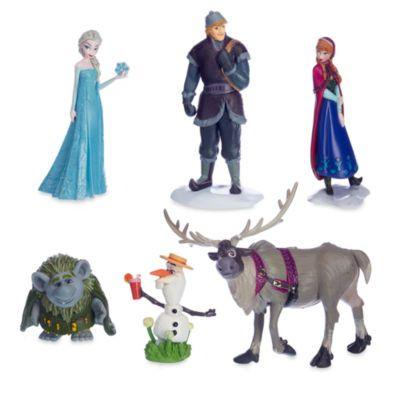 Ramenez la magie d'Arendelle à la maison avec ce somptueux ensemble de figurines La Reine des Neiges ! Il comporte six figurines sur socle à l'effigie Elsa, Anna, Kristoff, Sven, et Olaf dans leur version estivale et du troll avisé Pabbie.