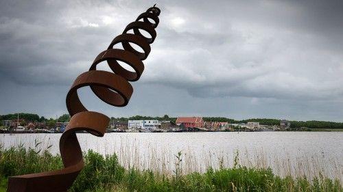 Kunstwerk van Jan Osinga aan het Reitdiep bij de haven van Zoutkamp.