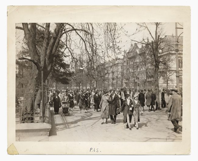 Warszawa, late 1930s. Strollers at the corner of Ujazdowskie Avenue and Matejki Street.