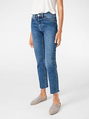 De raka NEA-jeansen är den här säsongens trendigaste fångst. Den höga midja är en smickrande bonus som passar fint ihop med en instoppad tröja.