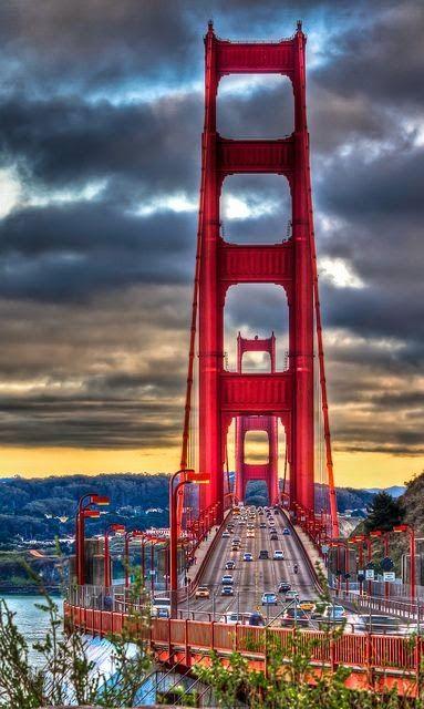 A Golden Gate Bridge  é o principal cartão postal da cidade de São Francisco, uma das mais conhecidas construções dos Estados Unidos, e é considerada uma das Sete maravilhas do Mundo Moderno pela Sociedade Americana de Engenheiros Civis.