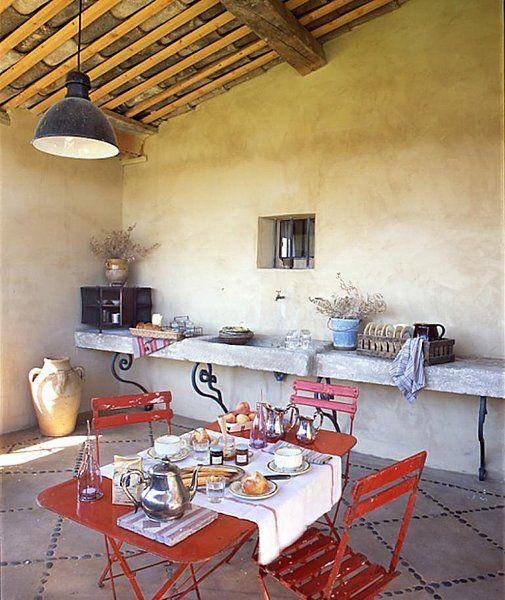 Terrasse couverte avec vier et plan de travail en pierre for Decoration de terrasse couverte