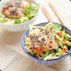 Saumon mi-cuit au sésame, salade asiatique, et nouilles tamarin-cacahuètes, dans un petit bol-repas!  Tous les détails de la recette sont sur CookAndRoll.eu: http://www.cookandroll.eu/archives/2015/06/10/32132844.html