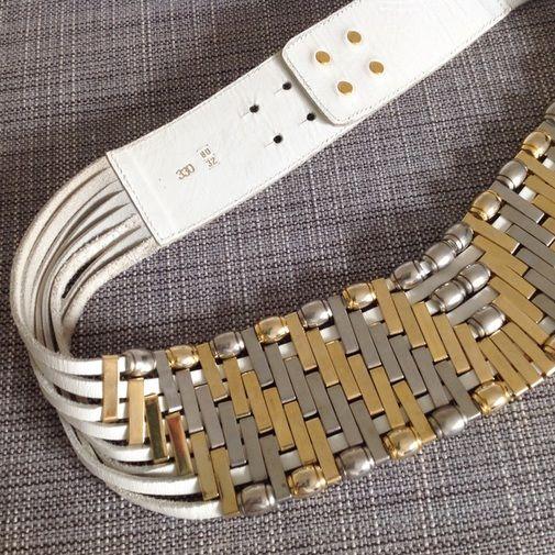 Cinturón estilo Glam. Precioso cinturón de piel estilo Glam brilli con tiras de cuero blanco y abalorios en metal dorado y plata. Queda s�