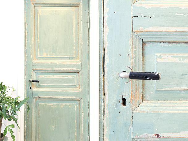 Gammal grön dörr med vacker patina