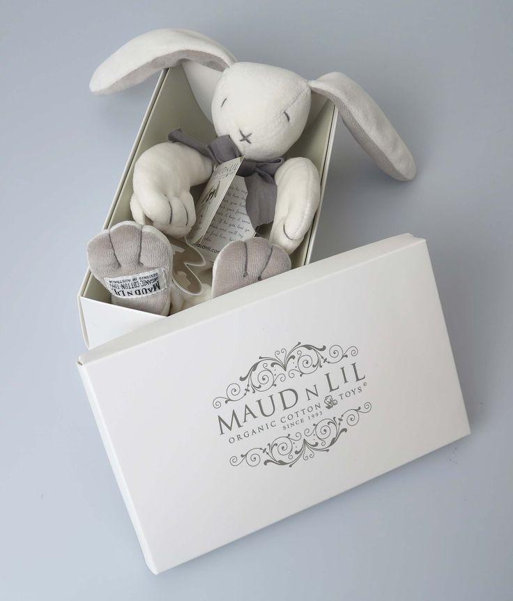 Fluffy (grijs) is een lief en zacht konijntje dat aanvoelt als een dekentje. En een speen is met hem altijd dichtbij, dus klem die in een pootje.