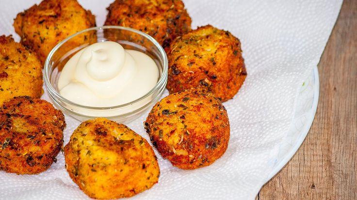 Картопляні крокети з сиром https://www.youtube.com/watch?v=e8-W_xKbjYQ Готовим картофельные крокеты с мягким, тянущимся сыром  в хрустящей панировке. Непередаваемо вкусные картофельные бомбочки, выглядят аппетитно, при этом они очень сытные. Это самостоятельное блюдо, чудесно сочетаемое с белыми соусами, однако и с кетчупом оно никого не разочарует.    #рецепт #кухня #вкусно #wowfood #wowfoodclub