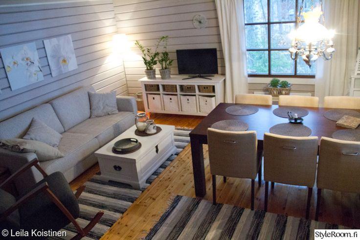 mökki,keinutuoli,saaristolaishenki,tunnelmallinen,valoisa,matto,olohuone,sohvapöytä,tv-taso