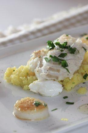 Ecrasée de pommes de terre en aïoli,cabillaud et St Jacques juste poêlés.Préparation : 20 min Cuisson : 20 min Pour 4 personnes : -2 dos de cabillaud de 300 g environ -8 noix de St-Jacques sans corail -1 kg de pommes de terre -3 gousses d'ail -10 cl d'huile d'olive + 1 cuillère à soupe -1 jaune d'œuf -persil plat -sel, poivre...