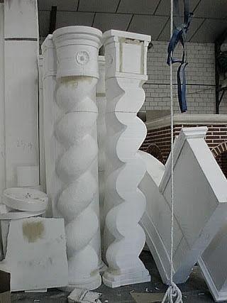 Talla manual de columnas y otros elementos de arquitectura efímera en poliespan para el Centro Comercial Gran Vía de Alicante. realización: Troppo Vero SL