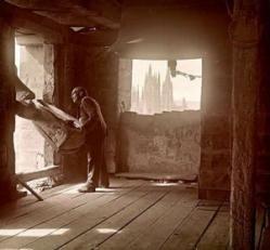 El Campanero. Los campaneros existían en la mayoría de iglesias, y eran los encargados de tocar, repicar y voltear las campanas de la iglesia. Con la aparición de los sistemas mecanizados y automatizados para tocar las campanas, su profesión cayó en desuso, viéndose relegada a campanarios puntuales.
