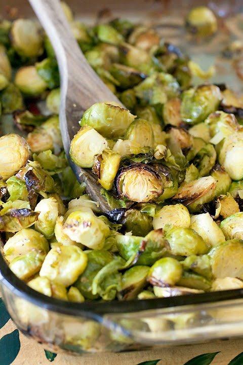 •ružičkový kel – množstvo podľa vašej zapekacej misky, môžete prerezať ružičky napoly alebo na štvrtinky  •5 ks strúčiky cesnaku – buď jemne pokrájaný alebo prelisovaný  •½ šálky vody  •2 PL olivový olej  •morská soľ  •½ malé lyžičky čierne korenie    Zmiešajte na pekáči ružičkový kel, cesnak, vodu, olej, soľ a korenie. Pečieme v predhriatej rúre 40-50 minút. Sem tam premiešame.