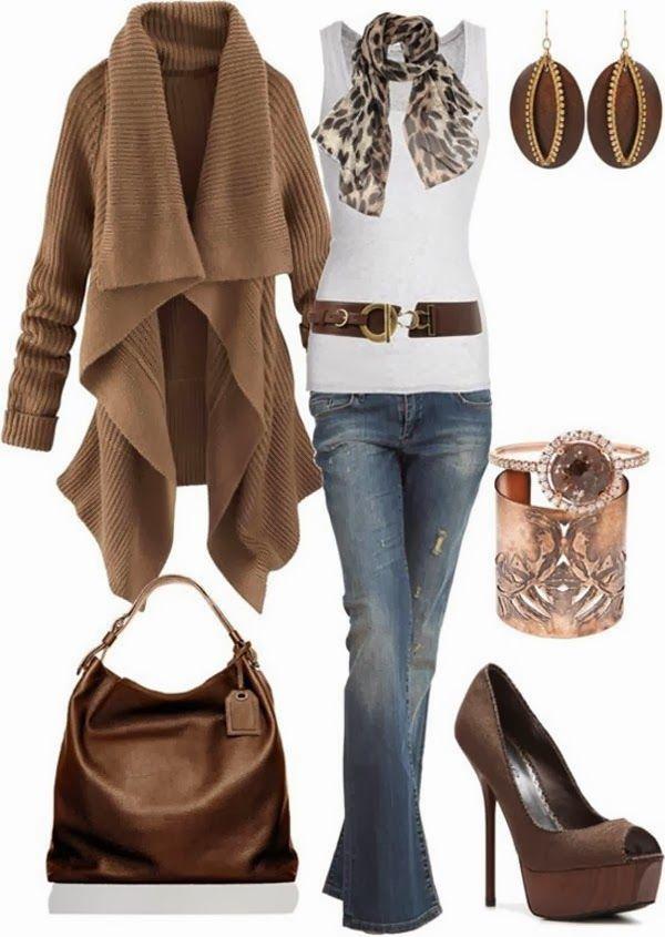 Schitterende bruine lange trui en witte blouse, sjaal, hoge hakken, jeans en handtas
