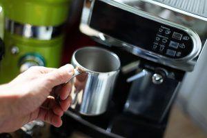 Ein Kaffeevollautomat bereichert nicht nur jedes Büro, sondern natürlich auch deine Küche. Denn den vollen, aromatischen Kaffeegenuss kann dir eine simple Maschine einfach nicht bieten. In unserem Test stellen wir dir Vollautomaten vor, die dir mehr als nur einfachen Kaffee bieten.