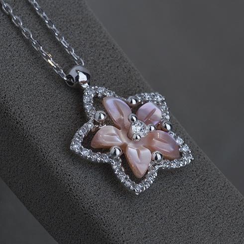 Lantisor cu pandantiv din sidef si diamante C093