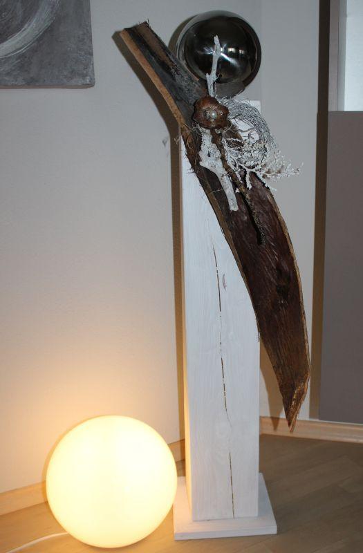 GS75 – Große Säule für Innen und Außen! Säule aus neuem Holz weiß gebeizt, dekoriert mit einem großen Kokosblatt, natürlichen Materialien, einem Rebenkranz und einer Edelstahlkugel! Preis 99,90€ Höhe ca 100cm