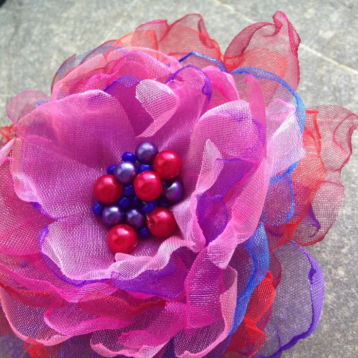Pivoňka Organzová brož - kombinace červené, fialové, modré a růžové barvy. Střed brože je vyšitý voskovanými korálky a rokajlem. Průměr brože 8 cm, brožové zapínání.
