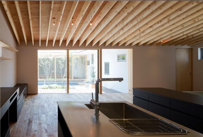 平屋のコートハウスの部屋 明るいキッチン