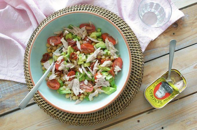 Salade met tonijn, kikkererwten en avocado - Francesca Kookt