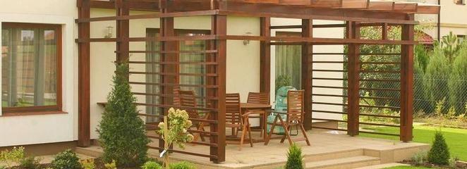 Meble ogrodowe, ogrodzenia i altany z drewna. Jak skutecznie zaimpregnować drewniane elementy w ogrodzie?