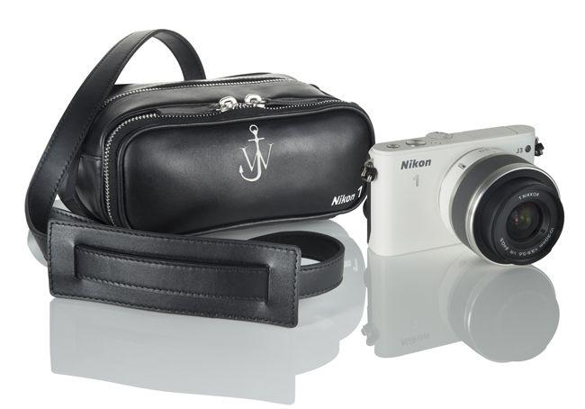 Win: deze Nikon S1 met limited edition camera-tas ontworpen door hot designer J.W. Anderson. Hoe? Repin, volg de link en win!