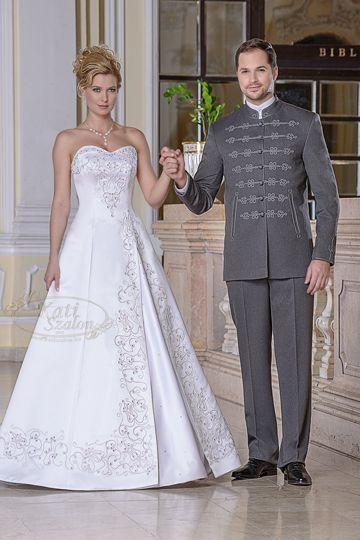 37- A-vonalú zsinóros menyasszonyi ruha Swarovski kristállyal díszítve, szürke bocskai öltönnyel
