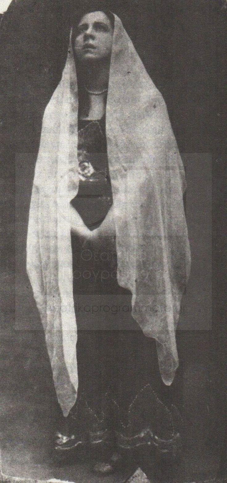 """Χριστίνα Καλογερίκου  Μία από τις μεγαλύτερες Ελληνίδες ηθοποιούς η Χριστίνα Καλογερίκου μόλις 27 ετών εμφανίστηκε το 1912 στο θέατρο """"Διονυσιάδου"""" με το έργο """"Οι εργάται του υφαντουργείου"""" κερδίζοντας ,φτασμένη ήδη πρωταγωνίστρια, κοινό και κριτικούς εκείνους της εποχής. Η φωτογραφία είναι από εκείνη τη μοναδική παράσταση το 1912."""