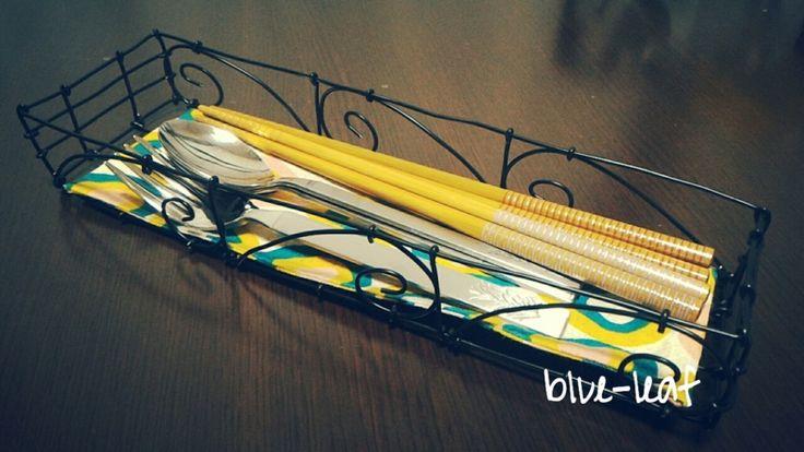 ワイヤーのカトラリーケースに布を付けました。布は裁縫上手というボンドを使っています。Attached a cloth to the wire cutlery basket.