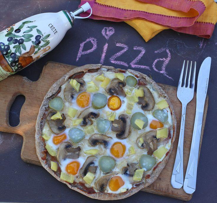На завтрак очень вкусная полезная бездрожжевая пицца с грибами и перепелиными яйцами.  Ингредиенты (на 1-2 порции): Для основы: Мука ц/з пшеничная: 125 гр. Вода: 20-30 мл.