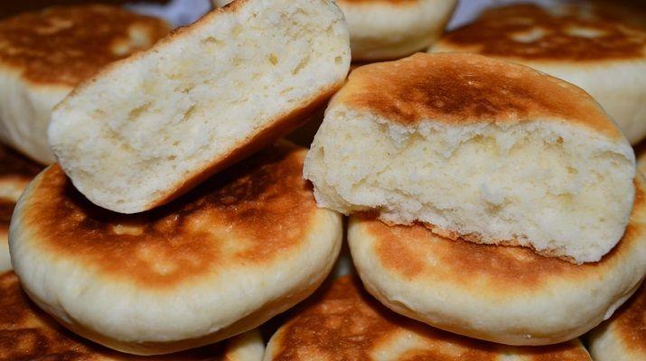 Получается оно очень нежным, по вкусу похоже на бисквит. Вернее, что-то среднее между песочным тестом и бисквитным. А если испечь из этого теста печенье в духовке, оно будет рассыпчатым и не менее нежным. Набор продуктов минимальный: попробуйте – думаю, что вам этот рецепт тоже придется по душе. Не могу сказать, какой будет выпечка на следующий день: так долго у нас она не задерживалось.