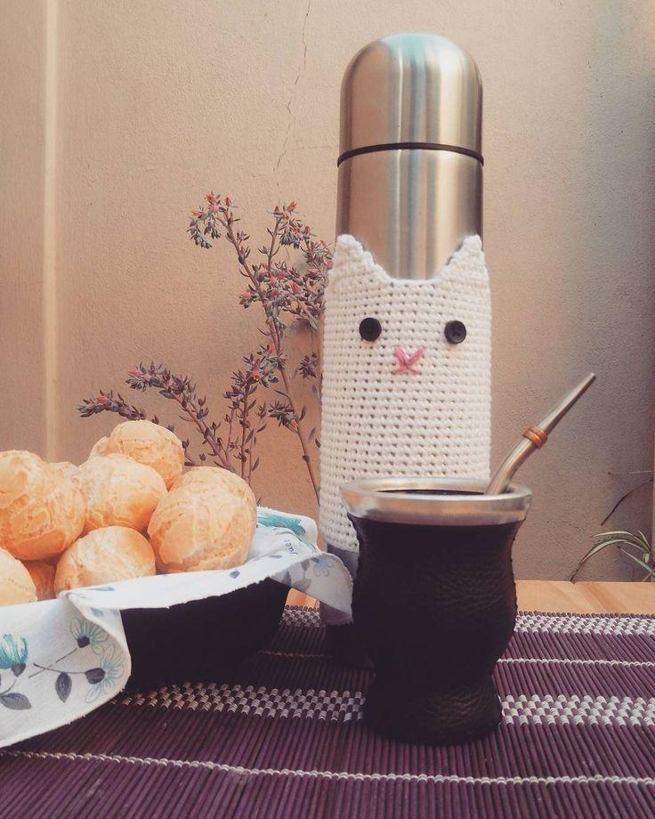 Mate y chipá. Quién se suma en esta tarde lluviosa de lunes a una súper merienda? Obvio con nuestro termo de 1lt abrigadito que es una dulzura total!! #mate #termo #funda #chipa #gato #blanco #merienda #bsas #buenosaires #baires #lluvia #lunes #white #cat #kittie #cozy #cute #rainyday #warm #cover #crochet #ganchillo #crochetersofinstagram #crochetworld by mumini.pequenosdetalles