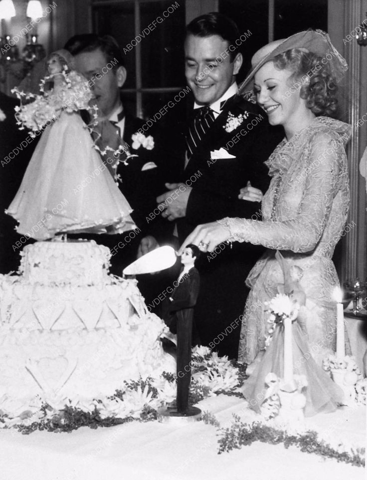 photo candid Hollywood Ginger Rogers Lew Ayres cutting their wedding cake 2766-14