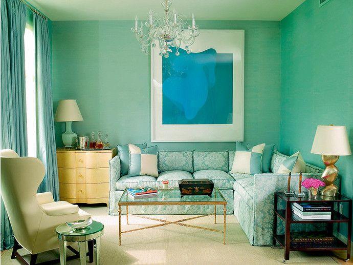 Интерьер гостиной в бирюзовом цвете в доме во Флориде. Стены ярко-бирюзового цвета эффектно контрастируют с желтым комодом. Автор проекта - нью-йоркский дизайнер Нэнси Корзайн. Желтый с бирюзовым – одно из самых модных в этом сезоне сочетаний.
