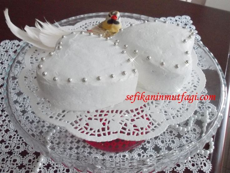 Şairini hatırlayamadım ama Kalpli Pasta Tarifimi Sevgililer gününe özel çok sevdiğim şu dizelerle paylaşayım :)  Zannetme ki gözlerim sana baktıkça bıkacak, Ölsem ruhum daima seninle kalacak, Kapanırsa gözlerim hayata,inan ki son sözüm, Seni seviyorum olacak.... Kalpli Pasta Tarifi #pasta #pastatarifi #kek #cake #recipes #yummy #love http://sefikaninmutfagi.com/kalpli-pasta-tarifi/