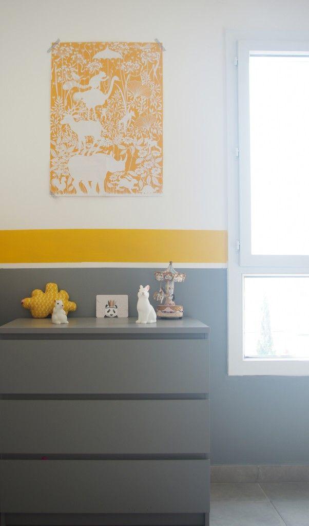 Décoration pour chambre d'enfant mixte. Yellow, gray, and white kids room