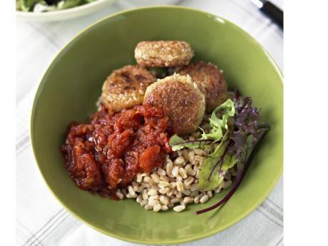 Falafel med bulgur och tomatsås