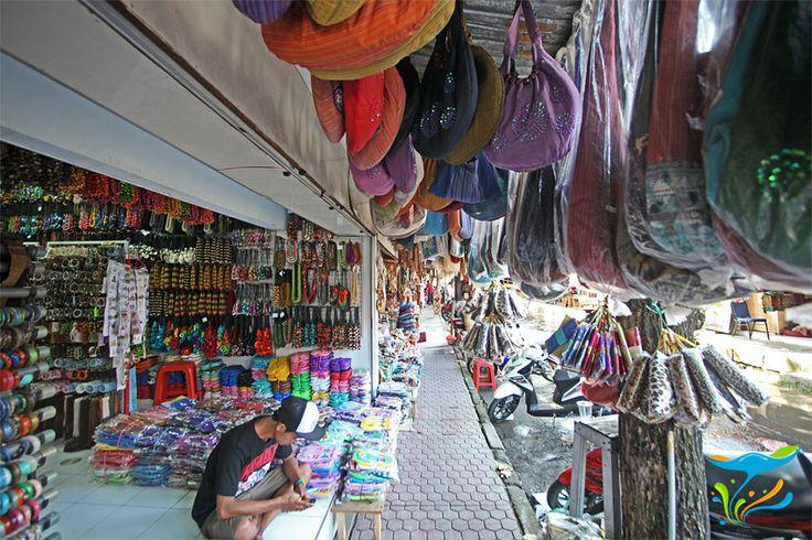Terutama pengunjung wanita, dari anak-anak, remaja, sampai yang sudah lanjut usia, pasti betah di seputaran sini nih, gaya etnik murah meriah.