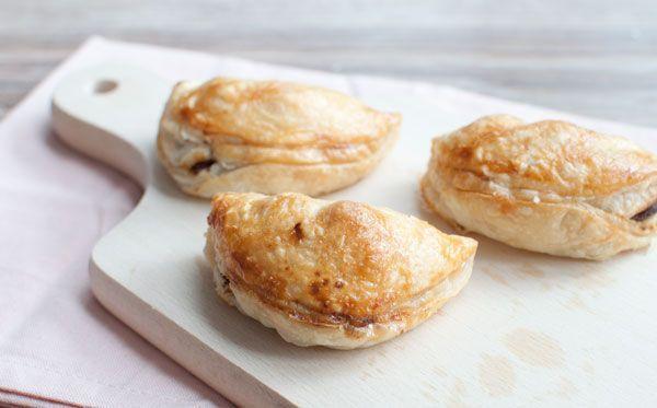 Pasteitjes met kipsaté; een lekker hapje voor bij de borrel. Malse kip, kruidige satésaus en knapperige taugé in een krokant jasje. Hier is hij favoriet!
