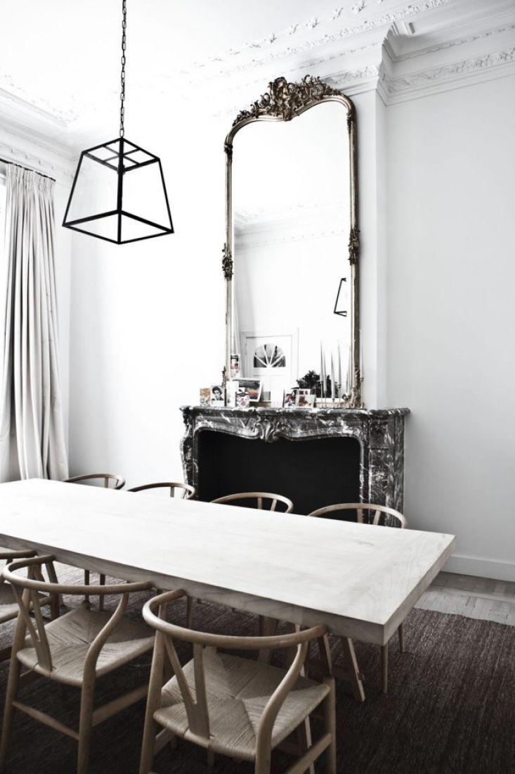 Изысканный камин с зеркалом в интерьере столовой