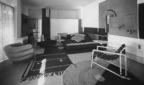 Eileen Gray fu una straordinaria designer di mobili e architetto. La sua celebre villa E1027 fu molto invidiata da Le Corbusier, che la profanò nel 1938.