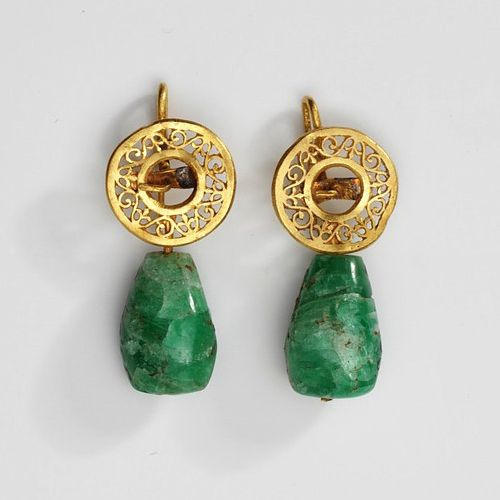 Roman emerald earrings, made 1st-4th century (source).