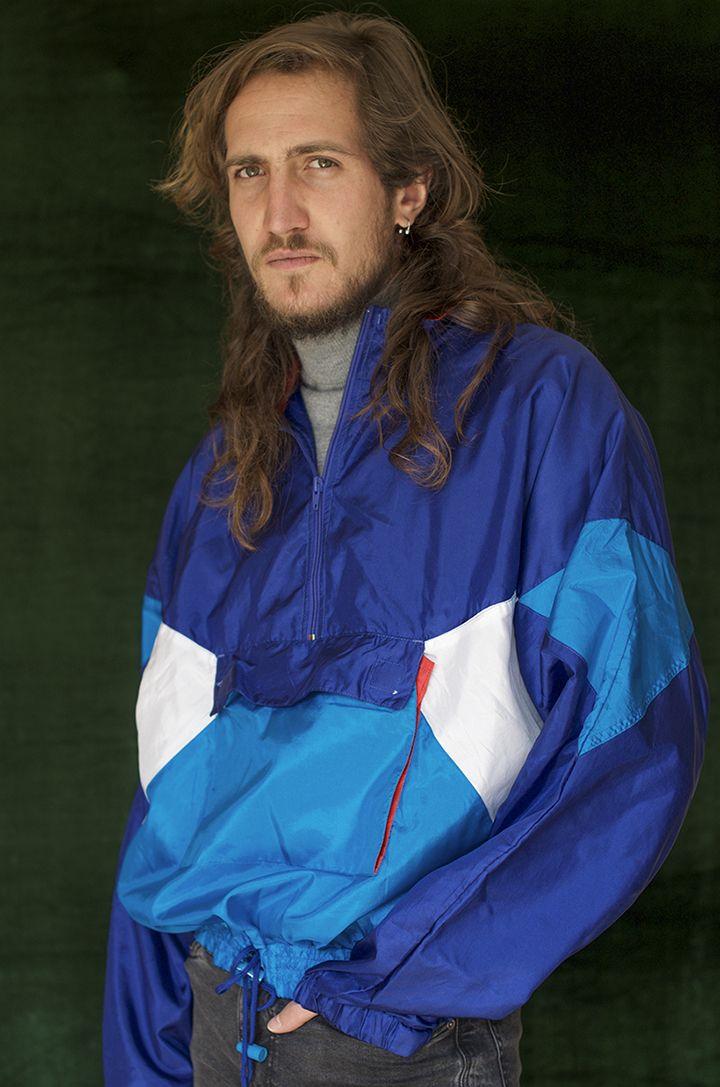 $100.000 Chaqueta unisex azul y blanco rompevientos en poliester, cuello alto con cremallera,  bolsillo grande frontal forro en malla.