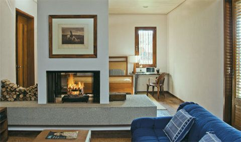 Uma espécie de antecâmara dotada de lareira (aberta para os dois lados) incrementa o apartamento do casal.
