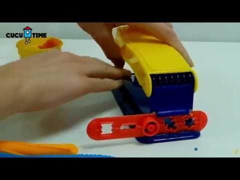 ¡Vamos a abrir la caja de la Fábrica Loca de plastilina de Play-Doh!  Vamos a divertirnos jugando y haciendo formas y figuras de plastilina con la Fábrica Loca de Play-Doh.