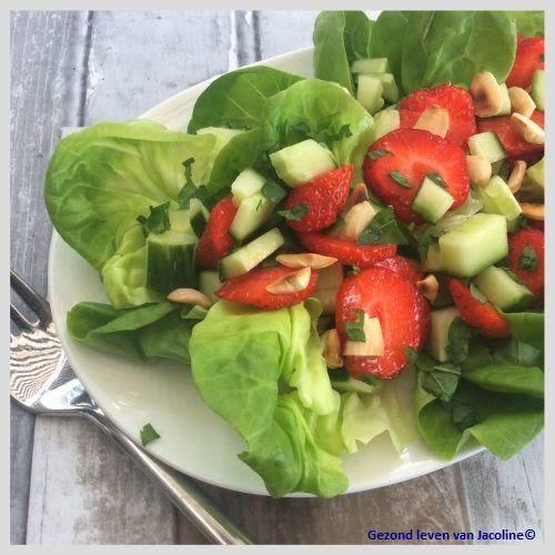 Aardbei-komkommer salade met amandelen en munt  Ik hou van salades in allerlei varianten, vormen en texturen. Makkelijk om te bereiden in een minuut of 5. De combinatie van aardbei met sla en munt is verrassend fris en zomers, de gehakte amandelen maken het net weer knapperig... De dressing is gebaseerd op gepureerde aardbei, zo komt de aardbei heerlijk tot z'n recht.  Ingrediënten (2 personen) Recept: printen      2 eetlepels amandelen in stukjes gehakt     2 eetlepels gepureerde aardbeien