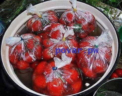 Помидоры, засоленные в пакетах - необычно и очень вкусно!  Для рассола на 1 л холодной воды:  - 2 столовые ложки соли крупного помола  - 0,5 ложки сахара - Красные (крепкие) или бурые помидоры сложить по 1-2 кг в полиэтиленовые пакеты  В каждый пакет положить специи (как для засолки огурцов + небольшие кусочки жгучего перца). Каждый пакет залить рассолом и завязать его, предварительно выпустив из пакета воздух и конец его скрутив плотным жгутом.  Пакеты сложить в бочку или бак - с бурыми…