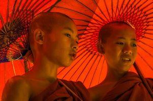 Birmanie- Novices aux ombrelles rouges à Bagan (5284 visites, score 2.92)