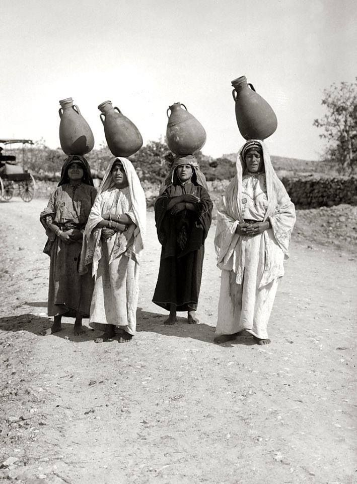 نسوة يحملن جرار ماء عين كارم، القدس، فلسطين ١٩٣٥  Women carrying jars of water Ein Karem, Jerusalem, Palestine 1935  Mujeres que llevan jarras de agua Ein Karem, Jerusalén, Palestina 1935
