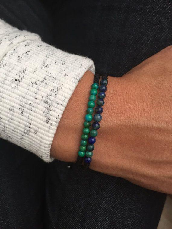 Magnifique bracelet fait à la main en noeud macramé et en perle semi précieuse Lapis Lazuli de 4 mm. le bracelet est ajustable en taille grace à un noeud coulissant. il possède des petites perles de finitions à chaque extrémité. ////////  Livré dans une petite pochette // Possibilité dune carte cadeau N hésitez pas à me contacter pour toute demande personnalisé !!! Changement de taille, breloque différente, etc   Merci de votre visite Lesptitskdo