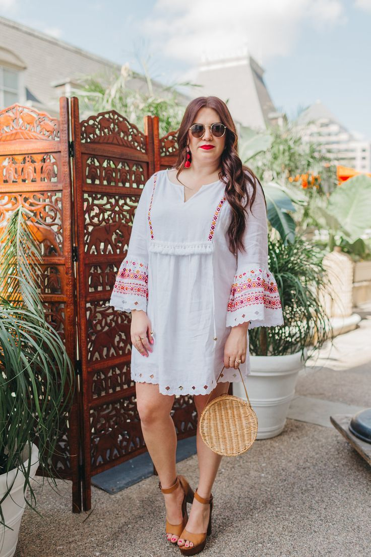 beach style, linen dress | sassy red lipstick.  travel style | curvy girl fashion hourglass | curvy girl fashion summer | curvy girl fashion tips | curvy girl fashion spring | curvy girl fashion fall | curvy girl fashion winter | woven purse | travel guide | curvy girl fashion casual | beachwear | curvy girl fashion plus size | curvy girl fashion dresses | travel fashion | petite curvy girl fashion | Mexico